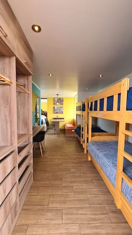 Zona de 2 camarotes, integrados a área de desayunador y kitchenette.