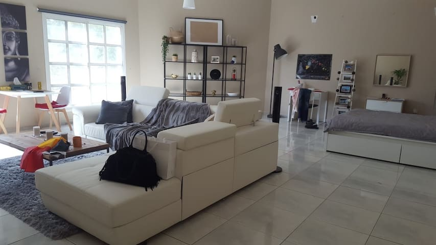 Nice and big room availble in a villa on Jumeira beach road   Walking distance to open beach and restaurant , coffe shop , bus station