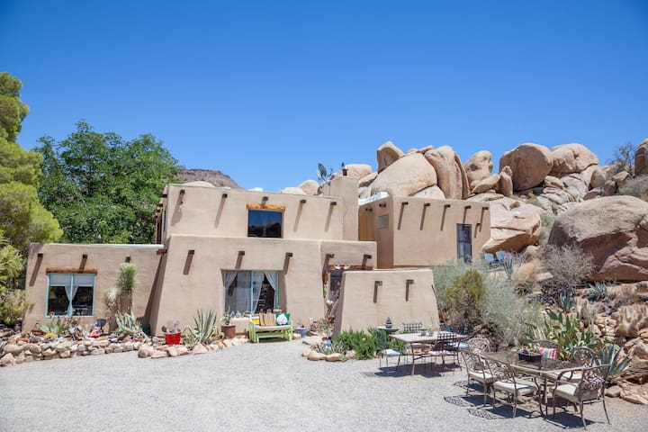 Boulders Outside. Bolder Inside. - Yucca Valley - Rumah