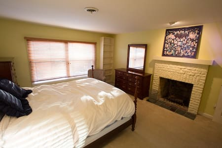 Private Suite 2 Miles from Campus - 一軒家