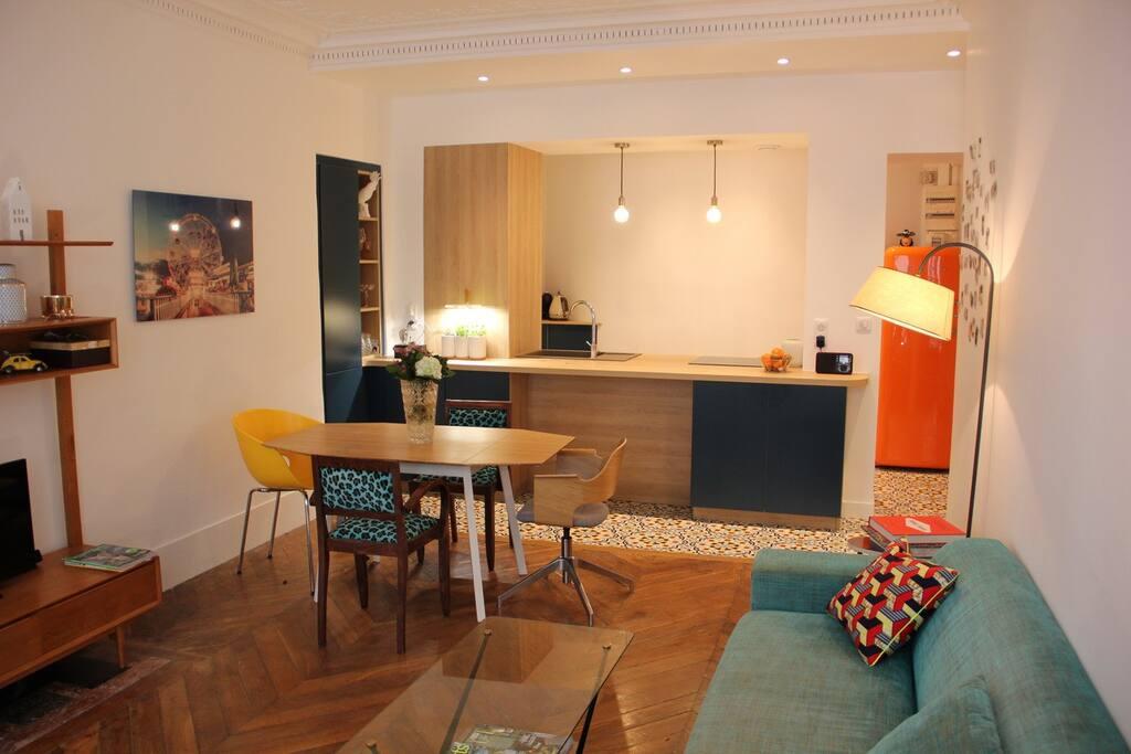 Living room. Fiber fast internet . Câble TV. Books and big coach