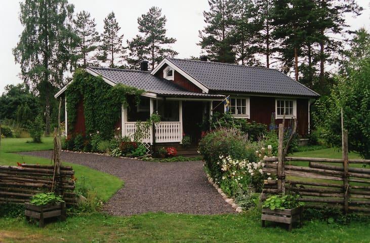 Sjönära stuga utanför Vimmerby - Hallersrum