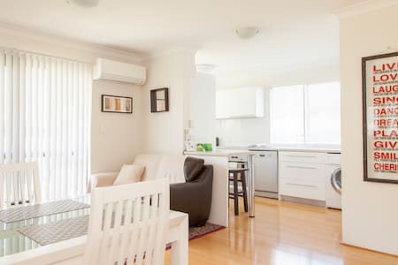 Stylish 2 Bedroom Unit - WiFi Ph AC - Morningside