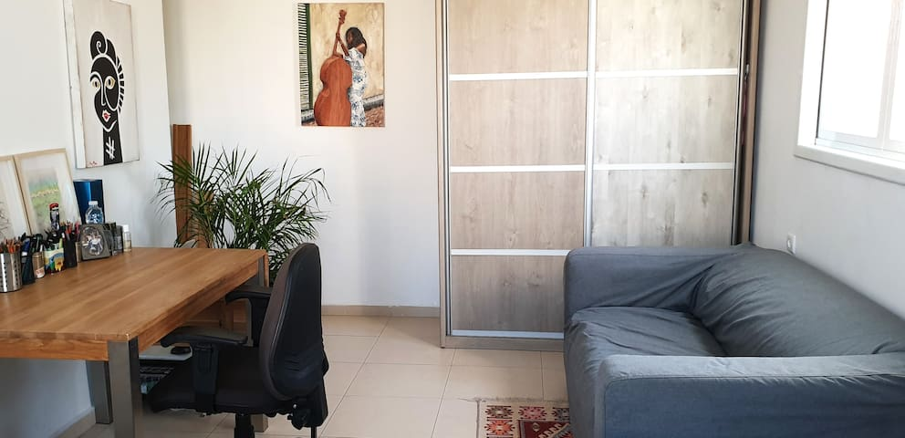 Spacious, sunny room in Givatayim