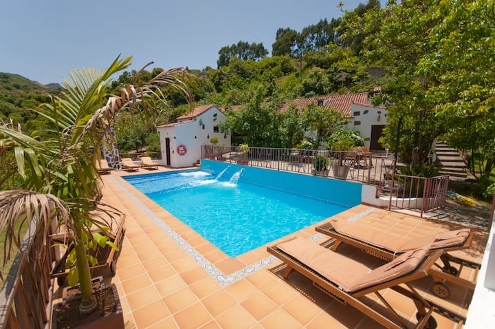 Holiday cottage with pool (GC0003)
