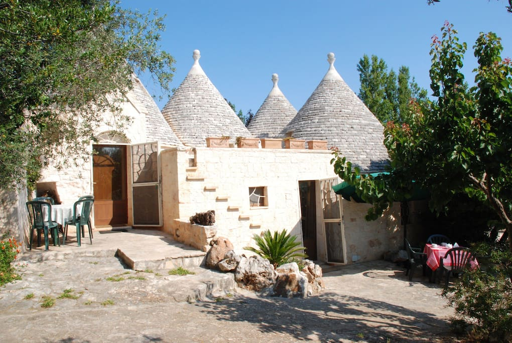 altra veduta dei trulli, a destra l'ingresso alle stanze B and B - the house, on the right the B and B entrance