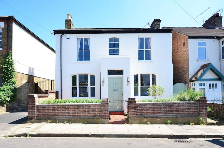 Spacious family house with garden - London - House