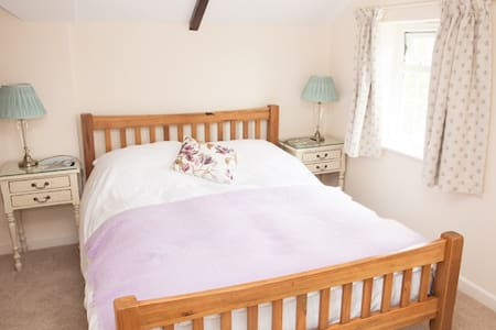 Double room with en-suite bathroom. - Buckland St. Mary's