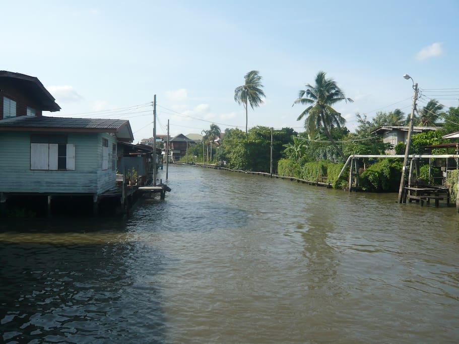 Vue directe sur un canal à Bangkok