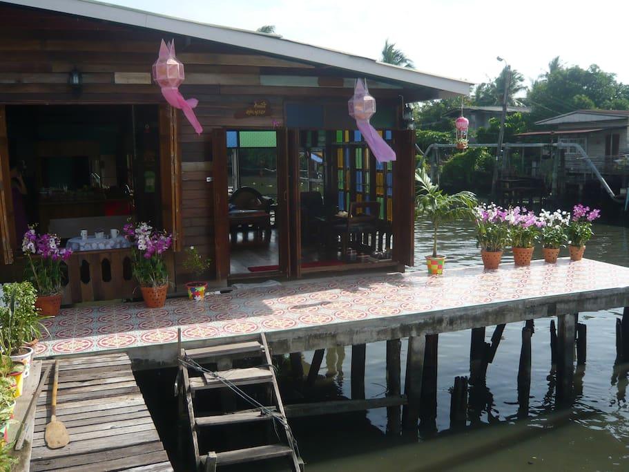 contacts directes avec la population thailandaises