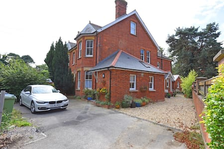 Edwardian Apartment 1km from Farnborough Airport.