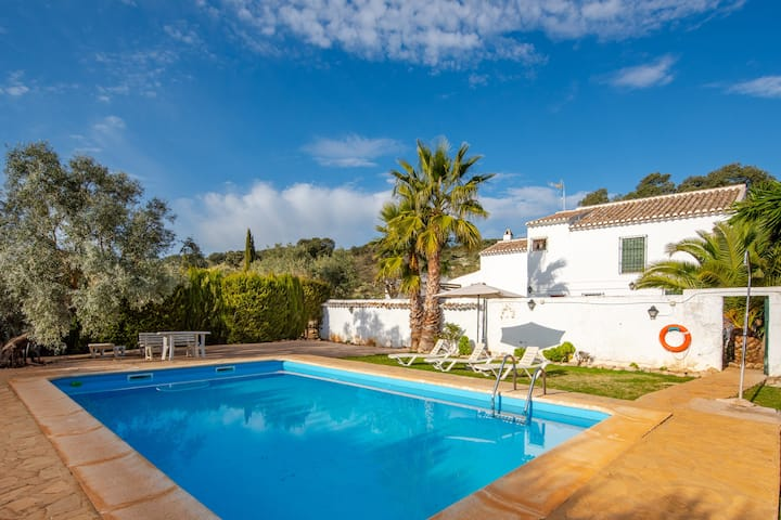 Hermosa casa rural Cortijo Fuente de Alonso Gómez con vista a la montaña, Wi-Fi, piscina, jardín y terraza
