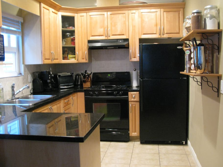 Gourmet Kitchen - includes espresso maker, Bosch dishwasher, gas range/oven and microwave