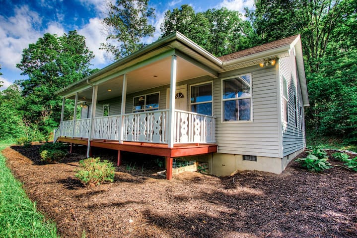 Black Mountain Cottage: hot tub, outskirts of downtown, fireplace & fire pit!
