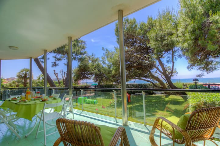 Beachfront Apartment with Garden & Tennis✦6 Guests