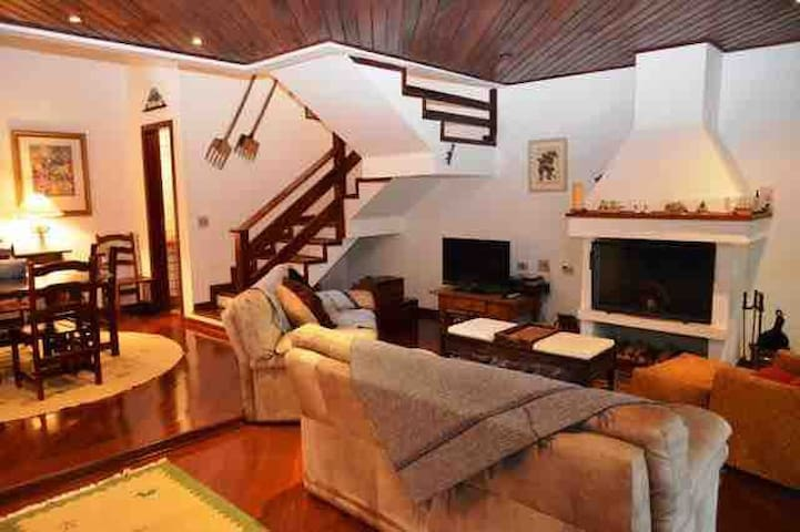 Casa Charmosa e Aconchegante em Condomínio