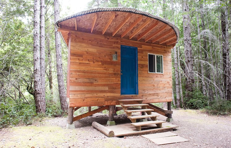 """Half Moon"" Cozy Off-Grid Cabin - Gasquet"