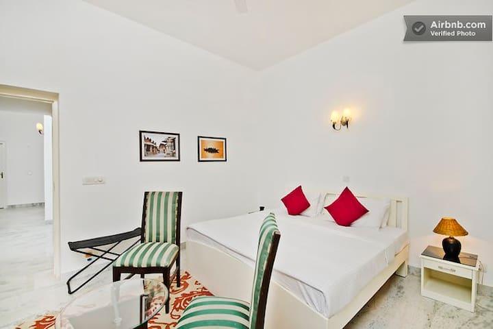 Bright 3 bedroom apt in upmarket GK - New Delhi - Apartment