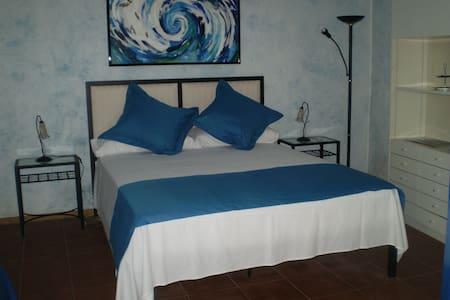 Room Oliva - Casa Pati de l´Albera - St Climent Sescebes - Hus