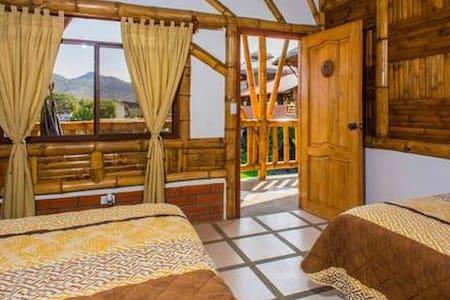 Habitacion doble con baño privado, agua caliente, wi-fi y aire acondicionado.