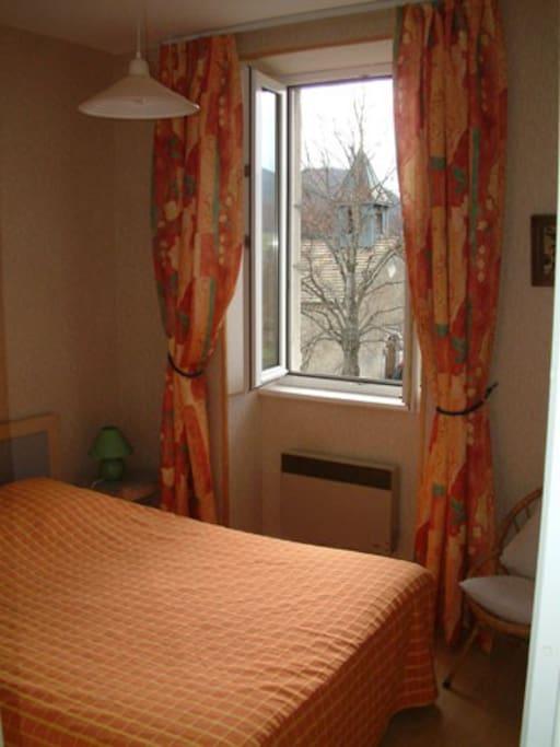 chambre avec un lit double, vue sur la cour