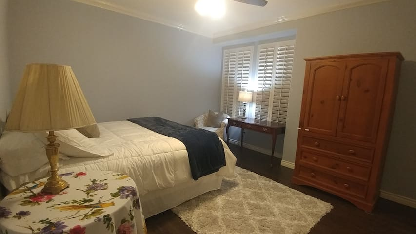Master BR Suite, Private Bath, King Bed (VnS)