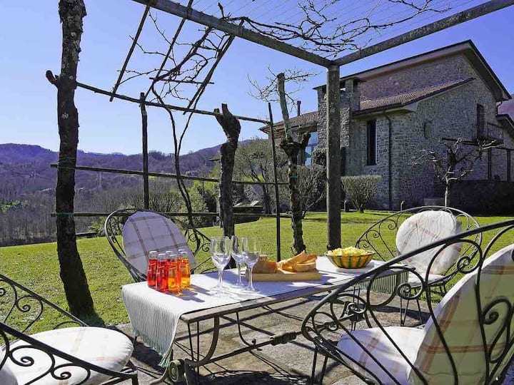Borgo privato di 3 ville con vista sulle Apuane
