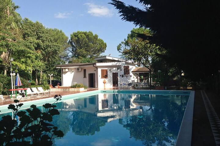 Villa grandissima piscina e verde giardino m215