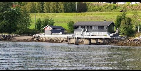 Strandhytte ved fjorden