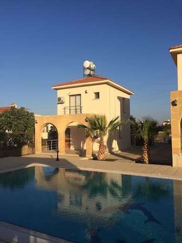 Girne bölgesinde havuzlu manzaralı Villa