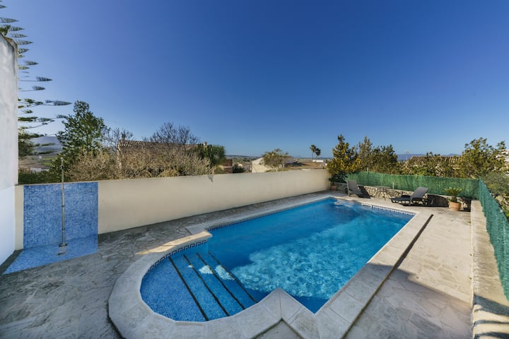 Es Pla: Nice house with terrace and pool