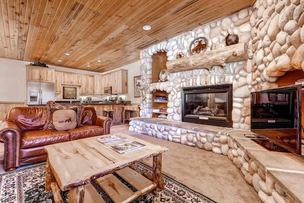 Spacious, comfortable & fully modernized ski condo at Canyons Resort in Park City, Utah. Features leather furniture, river rock fireplace & HDTV.