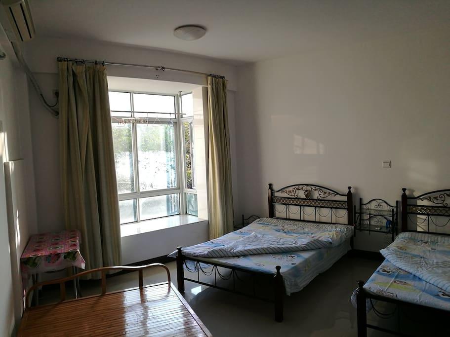 所有房间都带飘窗及空调。
