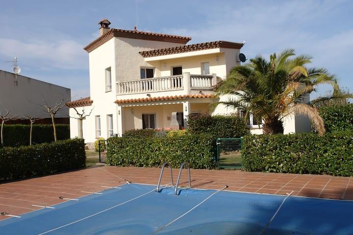 Bonita villa independiente con piscina compartida en Vilacolum