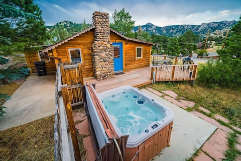 Historic 1br downtown cabin with hot tub and views
