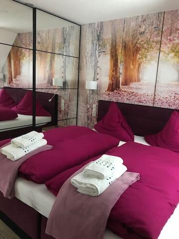 Masterschlafzimmer 1 - Boxspringbett 180 x 200 cm, Kleiderschrank und Flat-TV