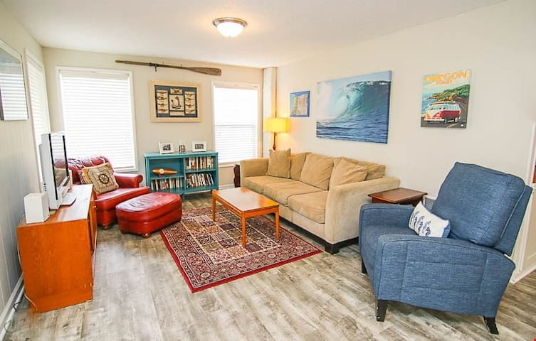 Surf Shack - Retro-Surf Family Fun With Spacious Yard, Hot Tub, and Allows Pets!