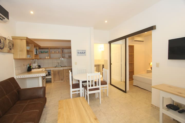 Great 1 bdm-center of town! 3min walk to the beach