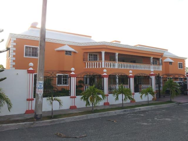 A NEAT, OPEN SPACE 3-4 BDRM APT. - Santo Domingo - Apartment