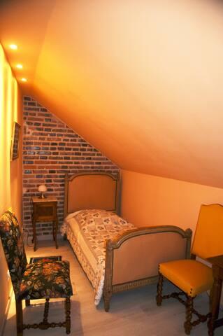 Maisonnette, chambre 2 lits,  premier étage.