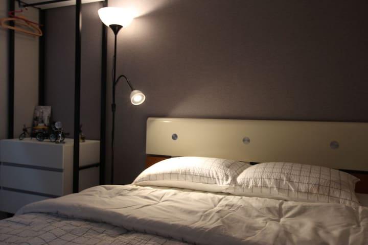 침실1 퀸 침대 입니다.^^