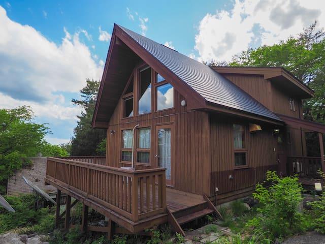 カナディアンウッドハウス。開放感のあるシーリング、三角窓、ベランダでの雄大な眺望で自然との一体感を。