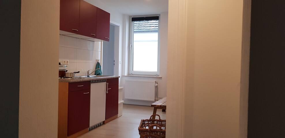 De keuken is voorzien van koelkast en twee kookplaten. Zo kunt u uw eigen maaltijden bereiden.