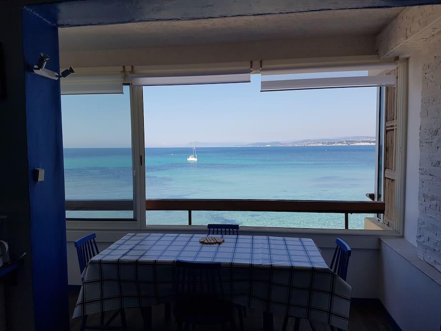 manger face à la mer table allongée pour 6 personnes