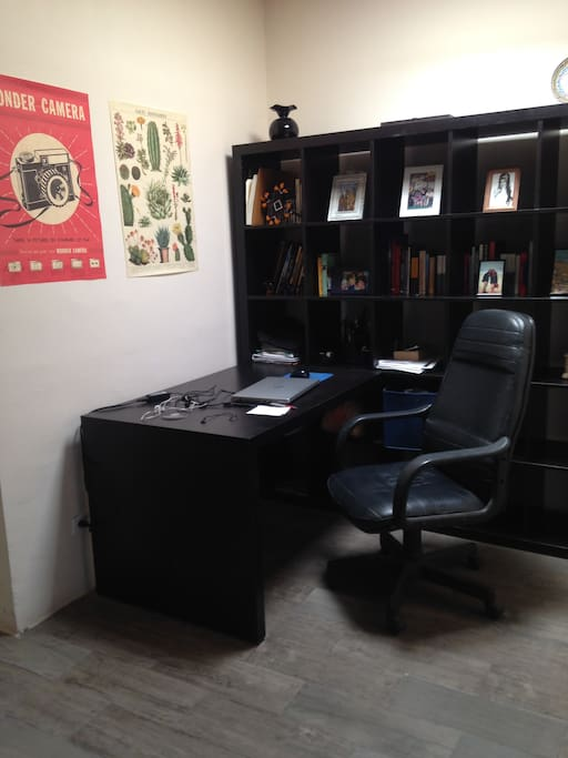 Escritorio compartido /  Shared desk.