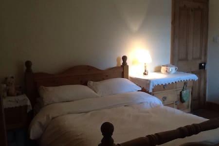 Large double en-suite. In cottage - Windermere - House