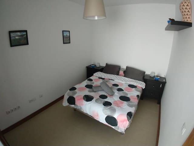 ROOM IN GOOD AREA.  HAB ACOGEDORA EN BUENA ZONA