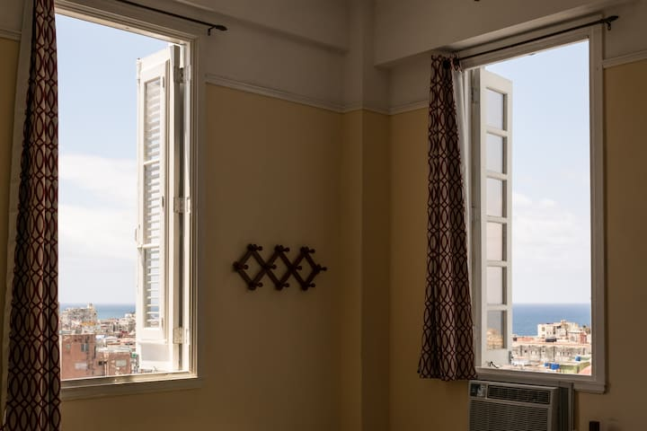 Apartment in the center of Havana with a view of the Malecón