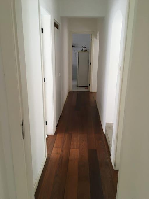 Corredor de acesso ao quarto e baneiro.