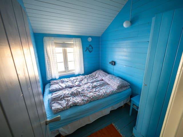 Soverom 1, det blå rommet, har dobbeltseng. Foto: Tero Hintsa.